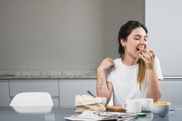 Femme mangeant au petit déjeuner