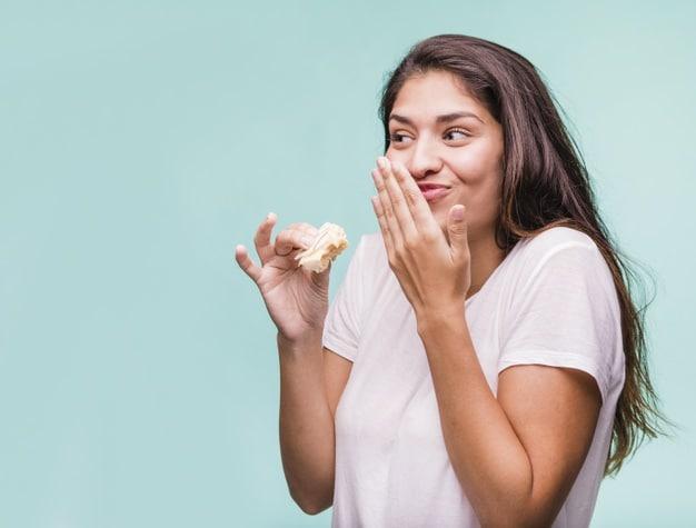 femme qui mange et rit